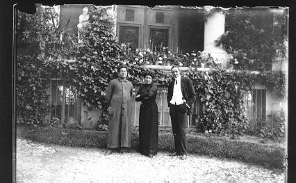 Don Félix Granda junto a su hermana doña Cándida y don Manuel Serra, c. 1913.