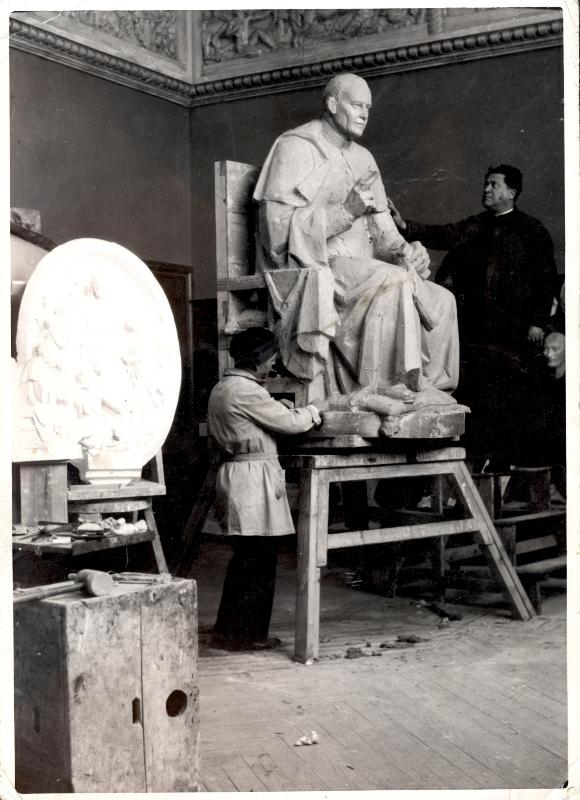 Félix Granda y Julio Vicens junto al modelo para el monumento a San Pio X