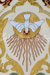 Bordado a mano del Espíritu Santo. Detalle de la casulla. Taller Artesano Los Rosales.