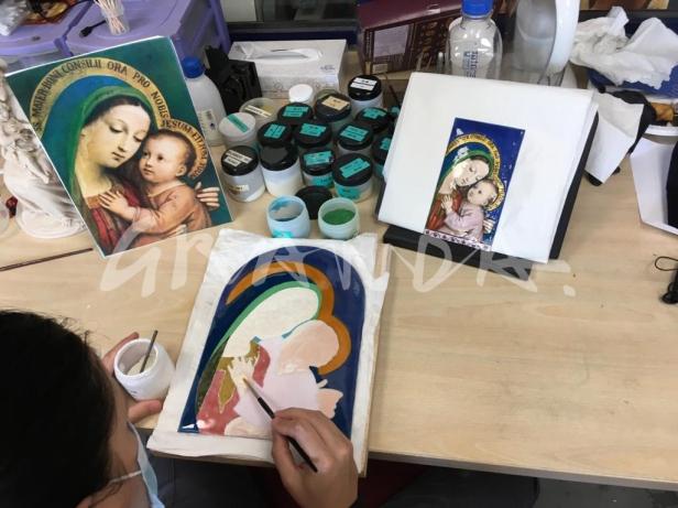 María realiza un esmalte al fuego en los Talleres de Arte Granda