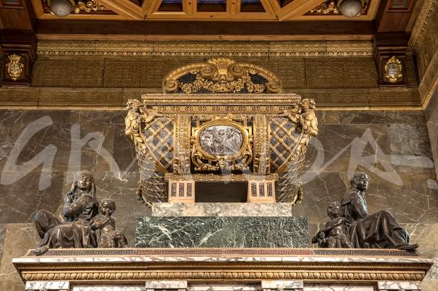 Sarcófago que remata el monumendo, donde se contiene el cuerpo de san Juan de la Cruz.