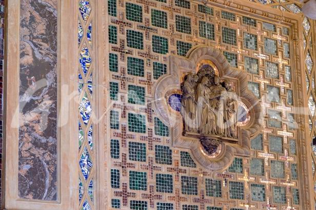 Fotografía de detalle de los paramentos del camarín, con mosaicos y trencadís.